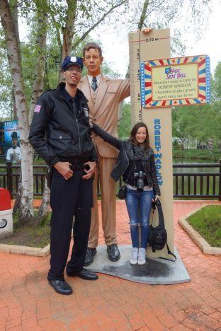 5f04889bb65e1f Brahim Takioullah est le deuxième homme le plus grand du monde, il mesure  2m46 et chausse du 58. Il détient également le record mondial Guinness pour  les ...